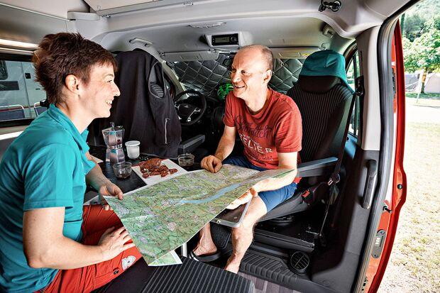 od-0918-campingbus-special-kaufberatung-Karte im Camper (jpg)