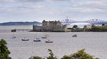 od-johnmuirway-blackness-castle-forth-bridge
