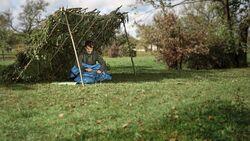 outdoor unterstand selbst gebaut bushcraft