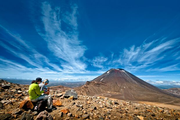 outdoor-woman-neuseeland-tongariro (jpg)